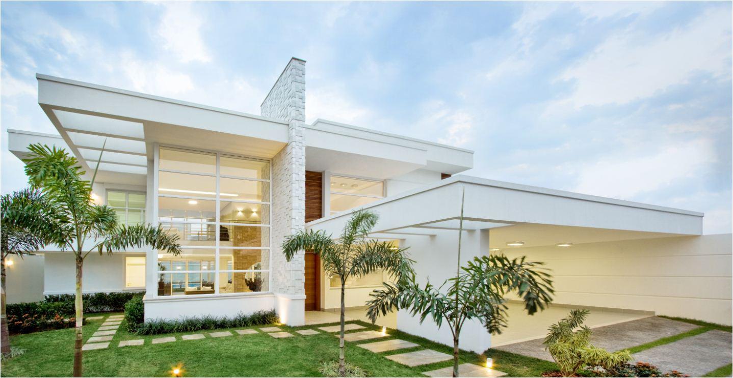Modelo de casa chique com dois pavimentos e fachada de vidro