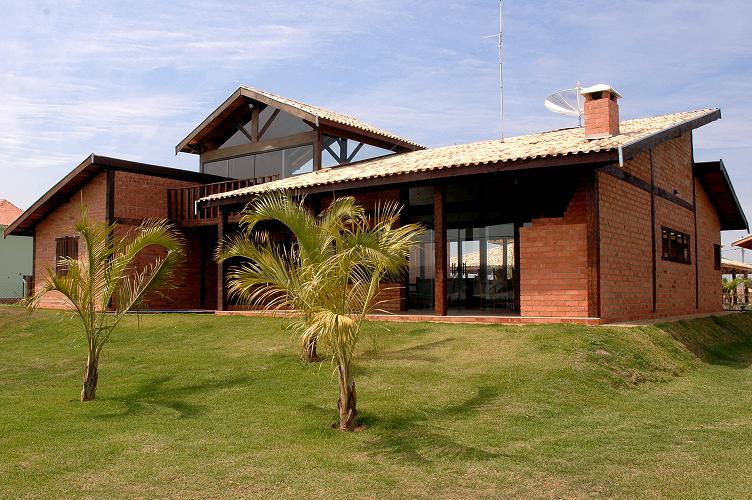 Casa de campo feita em tijolo a vista e parte superior em vidro