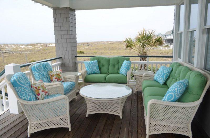 Móveis de vime na varanda, com almofadas impermeabilizadas para resistir ao clima da área externa