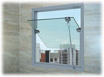 Uso de janela blindex sem caixilho na esquadria, a esquadria gira em torno do próprio eixo diretamente apoiada no vidro.