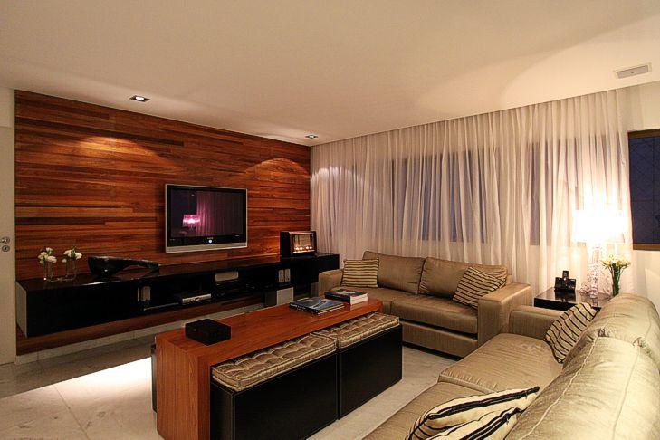 Painel de madeira revestindo parede da sala de estar