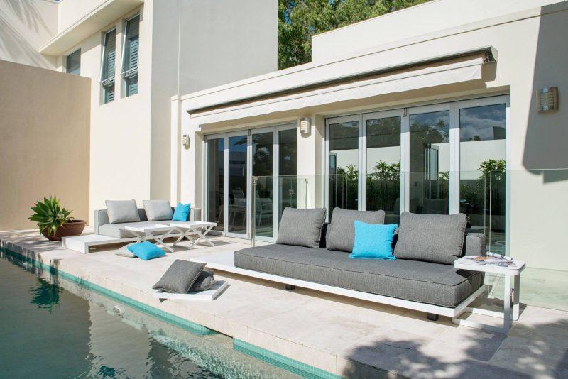 Sofás para a beirada da piscina, impermeabilizados para resistirem ao tempo como móveis da área externa