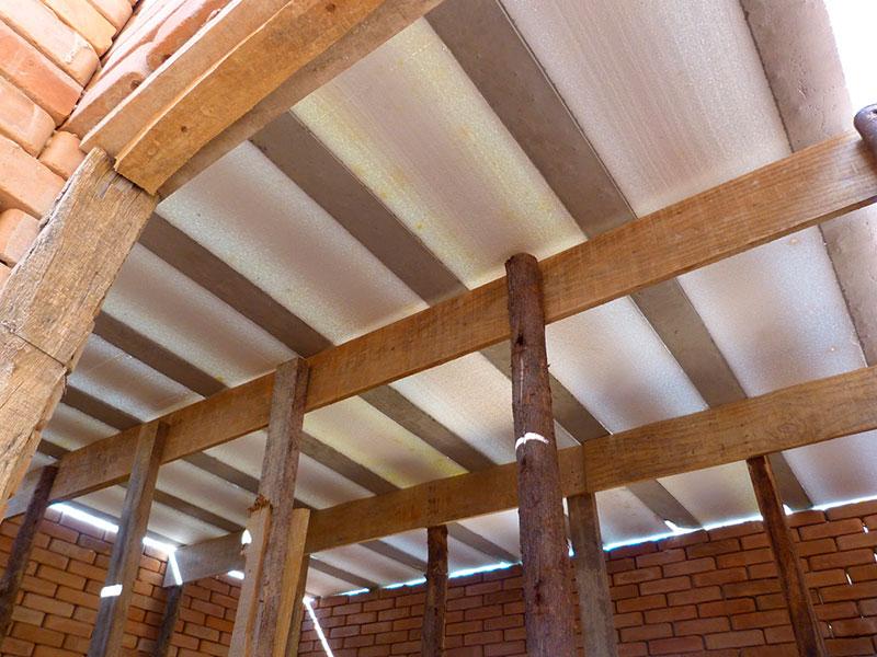 Sistema de escoras de madeira - eucalito roliço - portando a laje até passado o período de cura da concretagem superior, de cerca de 28 dias