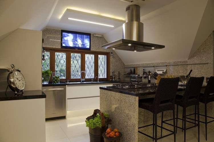 bancada em granito pedro aumenta a sensação de amplidão da cozinha