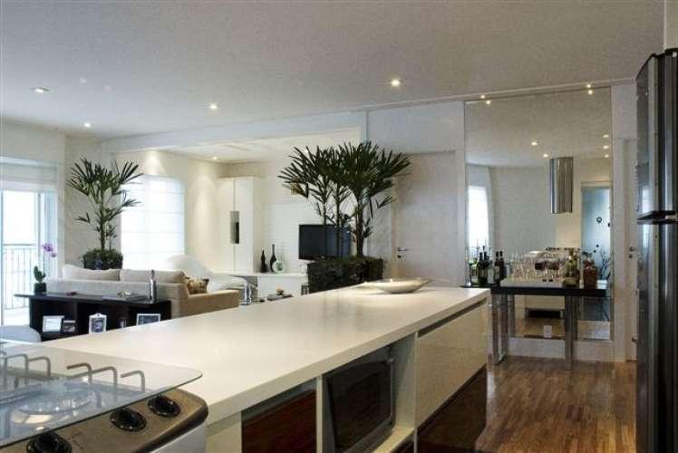 Bancada branca de cozinha em silestone - dá uma sensação maior de limpeza ao ambiente.
