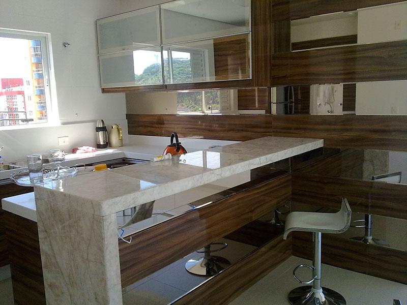 bancada em mármore - é um dos materiais mais tradicionais para revestimento de cozinha, mas seu custo é bastante elevado