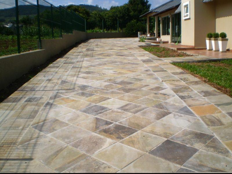 Basalto é outro tipo de pedra super resistente e que dá um acabamento sóbrio mas bonito para calçadas