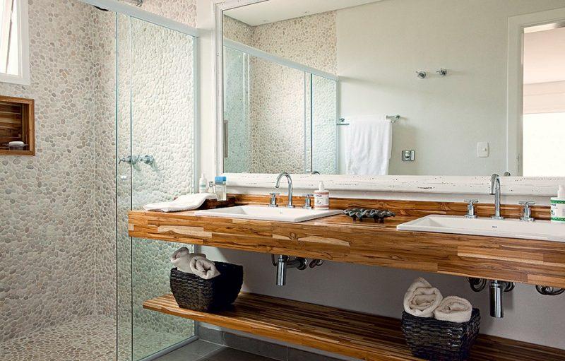 O uso de madeira no banheiro pode se restringir ao balcão ou se estender a toda a decoração do banheiro