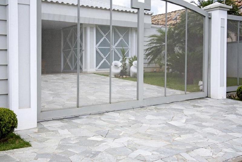 Calçada feita com pedra goiana antiderrapante