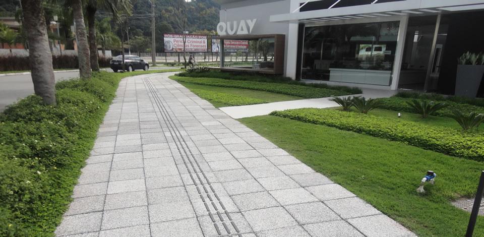 Calçada com piso antiderrapante cimentíceo