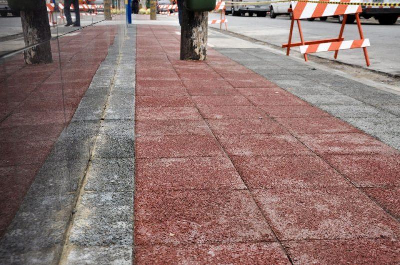 acabamento de calçada feita com piso drenante em formato de blocos