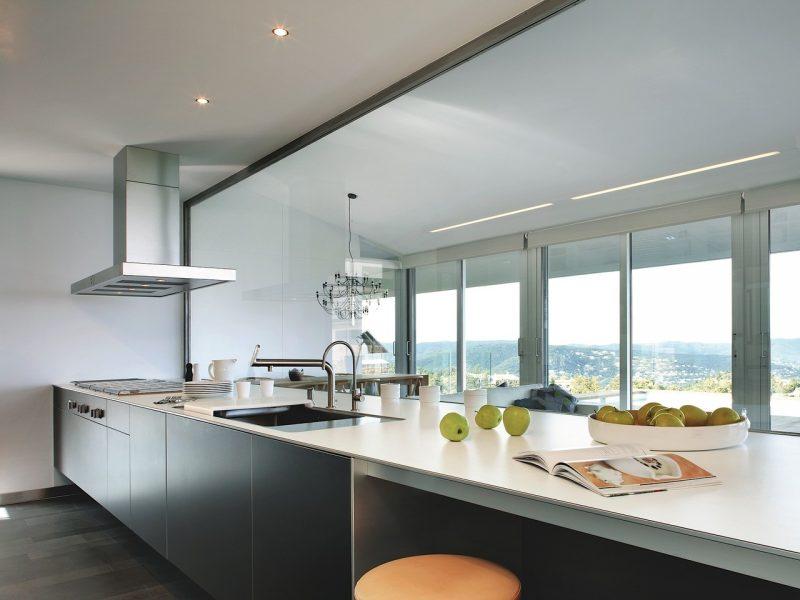 Outra opção é optar pelo básico e ficar com cores neutras, como essa bancada de cozinha em silestone branco, com um modelo recorrente em projetos espaçosos