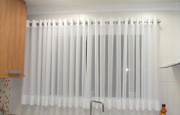 Modelo de cortina para cozinha simples, com suporte em inox