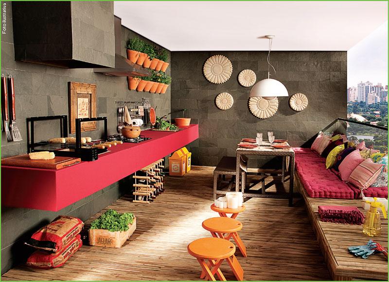 varanda decorada com sofá e espaço de bancada