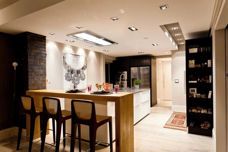 balcão de madeira na decoração de cozinha, com banquetas de madeira