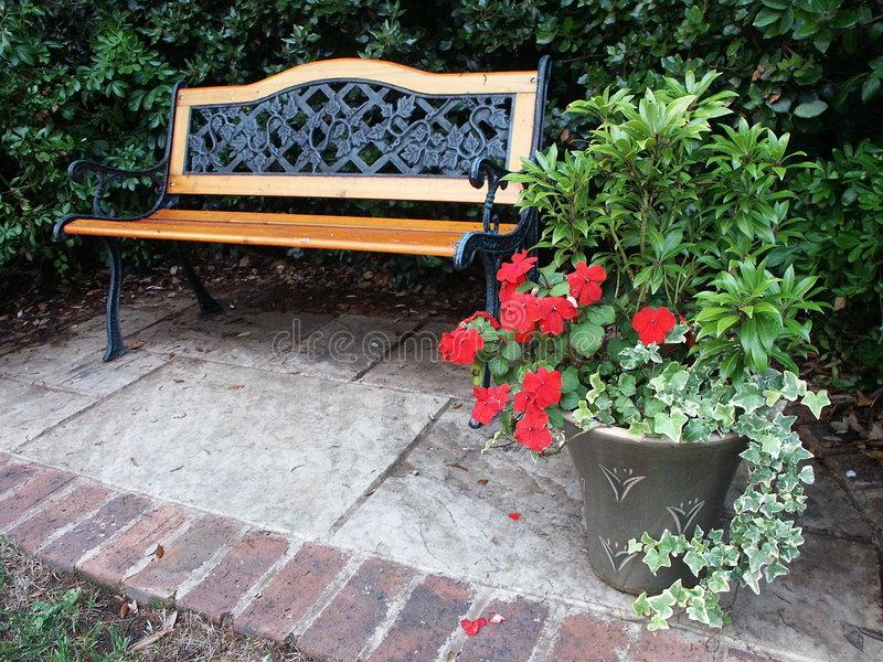 Um modelo de banco para o jardim bem rústico para resistir a exposição ao tempo