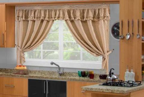 Cortina mais tradicional para janela de cozinha, em xadrez, em tons de marrom