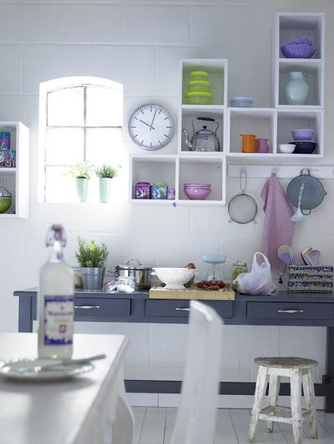 Nicho na parede para utensílios de cozinha sobre a bancada da cozinha