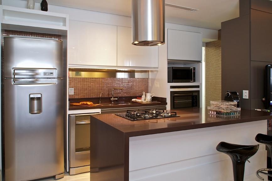 Cozinha estilo americana com exaustor metálico