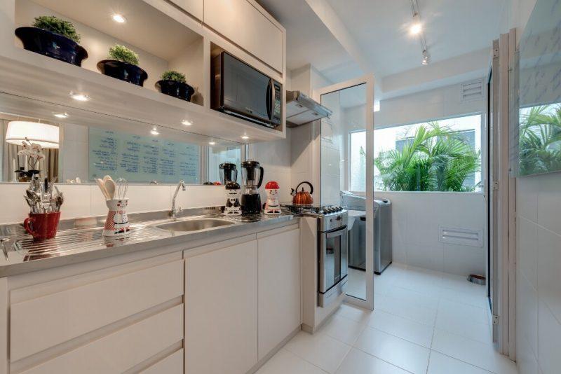Apartamento decorado com cozinha do tipo americana