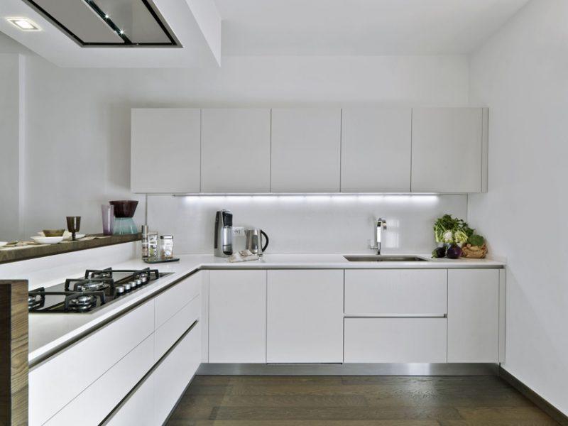 Cozinha decorada toda de branco, com metais cromados, muito bonita