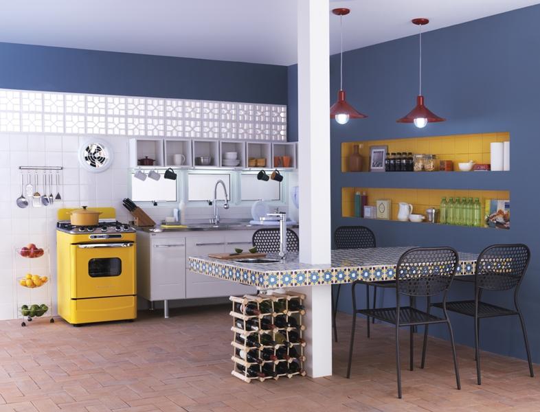 Cozinha com objetos de decoração em nichos nas paredes