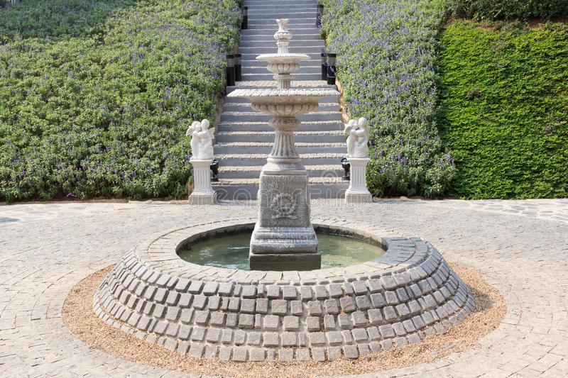 Já esta outra trata-se de um modelo mais clássico de fonte para o jardim