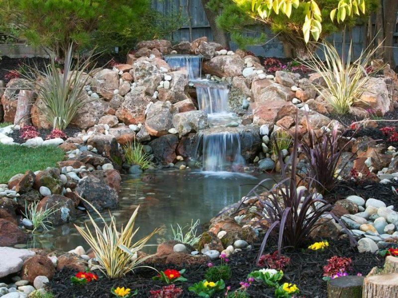 As fontes para o jardim podem ser desde modelos mais rústicos aos mais sofisticados. Nesta, as pedras são arranjadas para simular um recanto natural