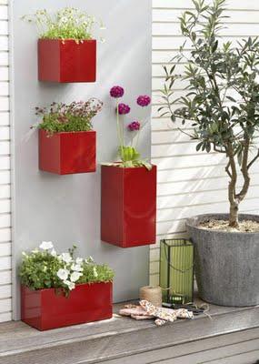 Vasos coloridos e estilosos também são uma alternativa para compor jardins suspensos