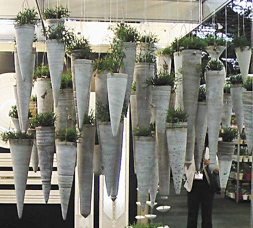 Alguns decoradores trabalham com a ideia de um jardim LITERALMENTE suspenso. Neste caso, cachepôs com formato bem excêntrico dão um ar bem diferente ao jardim suspenso.