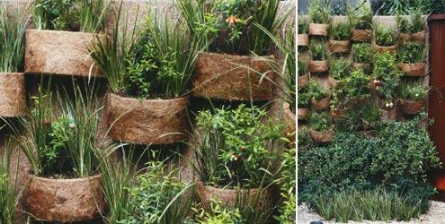 Uma ideia que está em alta ultuimamente são os jardins de parede com cachepôs de fibra de coco, que dão uma aparência mais natural e rústica à decoração da parede em que é aplicado