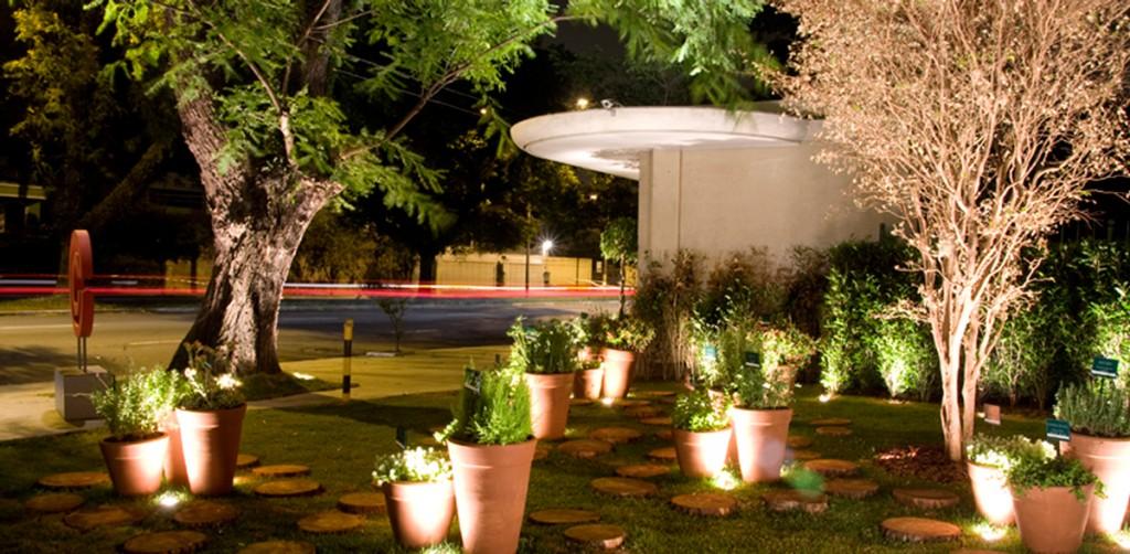 Diversos spots embutidos no solo para fazer a iluminação de enfeites para jardim