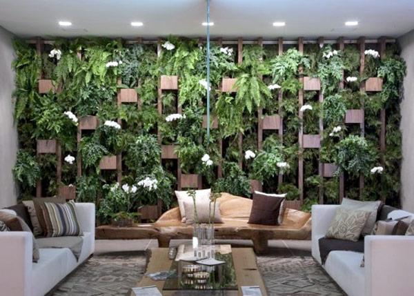 Uma maneira de utilizar o jardim suspenso é como se fosse um revestimento de parede para decorar um ambiente