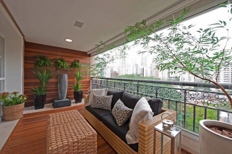 jardim em varanda com piso de deck de madeira