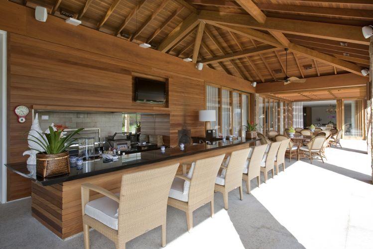 Varanda grande com churrasqueira e mesa grande para espaço gourmet em varanda no nível térreo