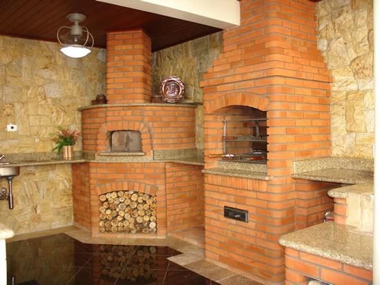 Aqui se faz uso de uma churrasqueira acompanhada de forno a lenha, ligados por uma bancada de granito