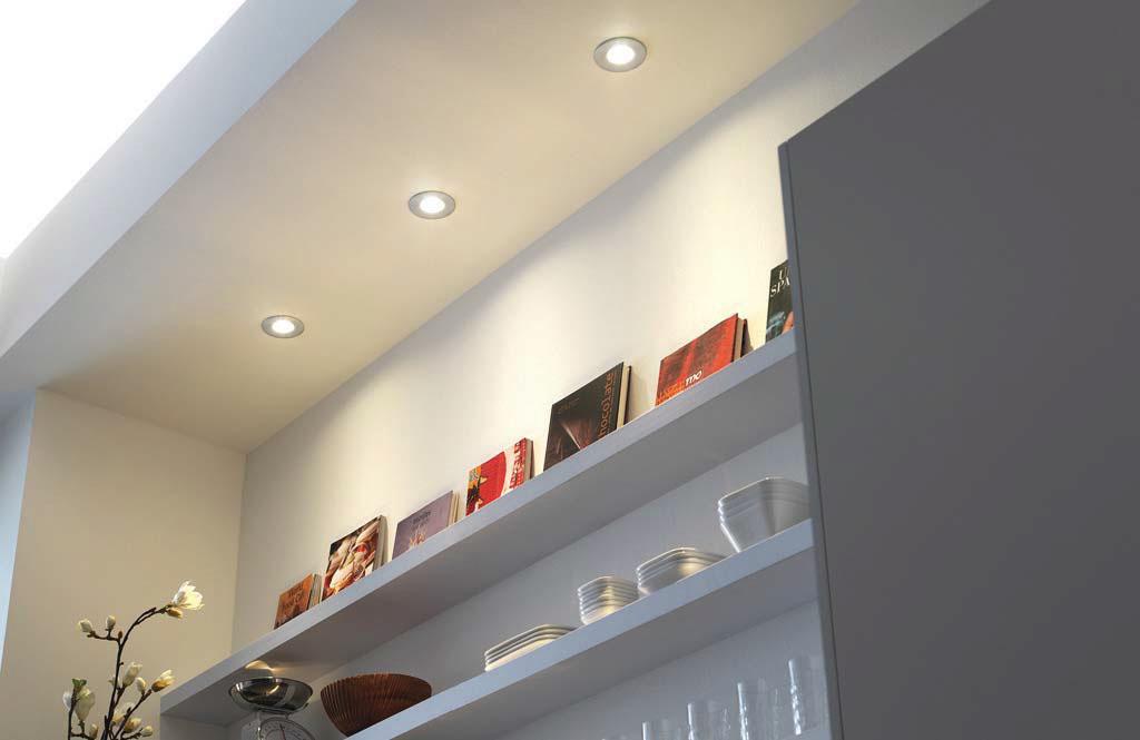 Iluminação de luminárias LED em nicho da estante da sala