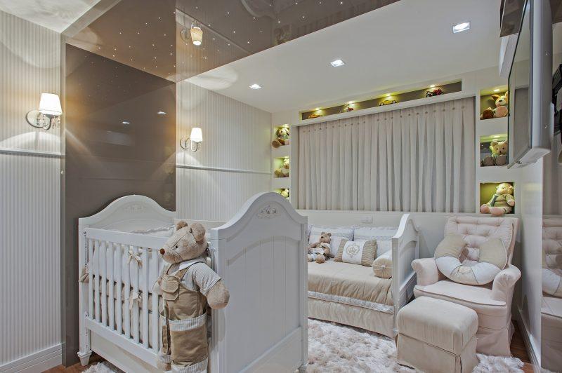 nesse exemplo de quarto, as luminária ficam próximas ao teto, dando iluminação indireta ao ambiente