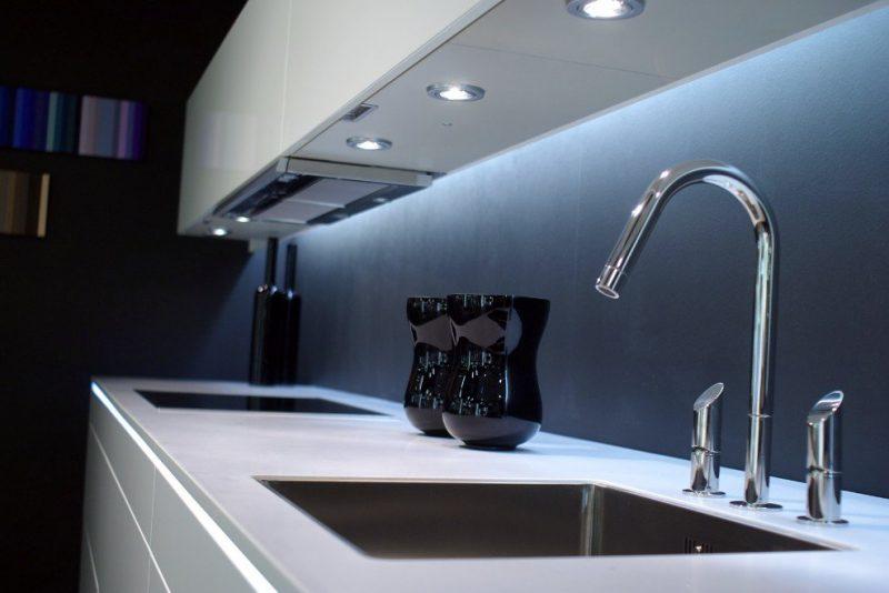 Luminárias LED branco-frio causando iluminação de destaque no balcão de cozinha