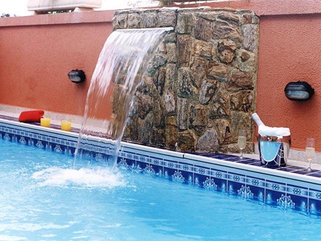 Modelo simples de cascata embutida em parede de pedra