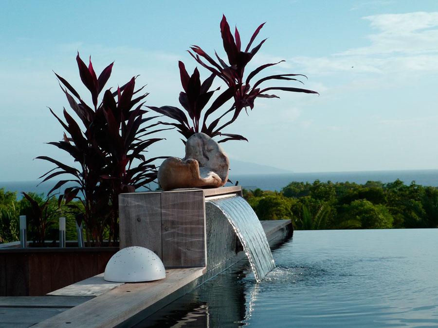 Modelo de cascata em uma piscina bastante sofisticada, com borda infinita