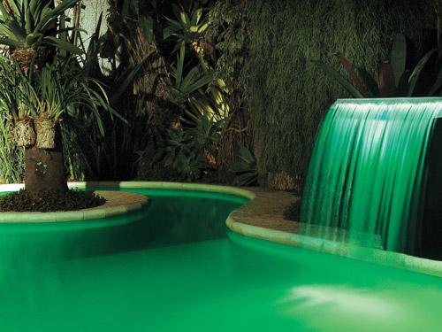 cascata de piscina com LED verde para iluminação noturna