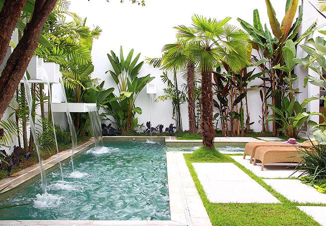 Cascata para piscina do tipo espelho d'água em pequeno jardim, muito bem planejado