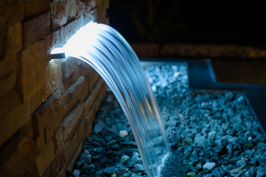 Iluminação em LED em cascata bastante discreta para piscina