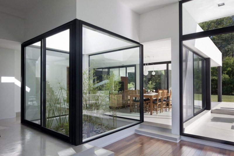 cortina de vidro isolando jardim de inverno