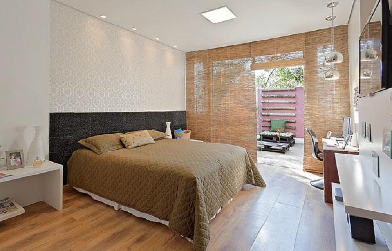 cortina feita com esteira de de palha, material renovável para decorar o ambiente