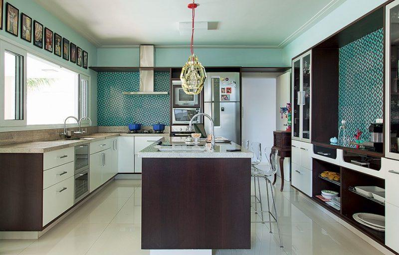 Nessa cozinha, o espaço amplo permitiu o uso de dois balcões,um com a pia, e outro com as funções essenciais de fogão e armário
