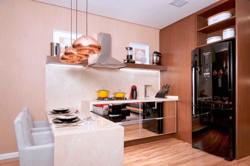 outro modelo de cozinha com nichos muito bom, com luminárias suspensas