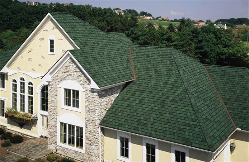 exemplo de uso de telhas shingle verde em casa de campo