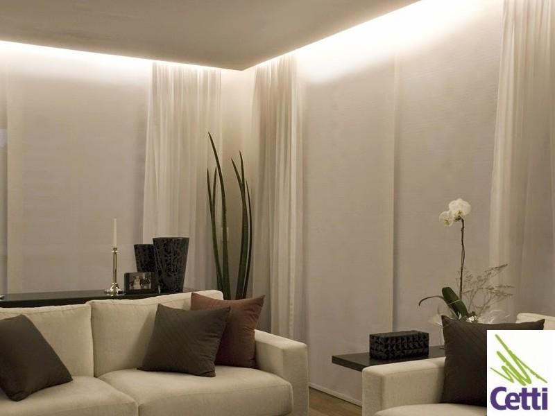 Fita LED branca usada na iluminação de sancas, rodapés e detalhes